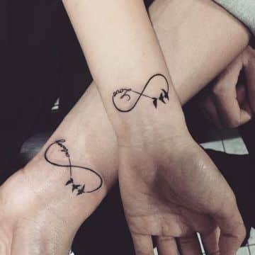 tatuajes de infinito con letras en muñecas