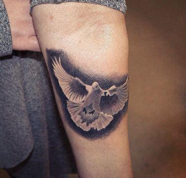 tatuajes de palomas en el brazo base negra