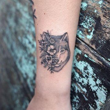 tatuajes de lobos para mujeres con flores