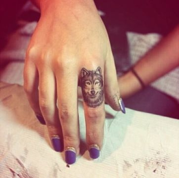 tatuajes de lobos para mujeres pequeños en la mano