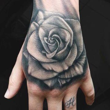 tatuajes de rosas en la mano grandes sombreados