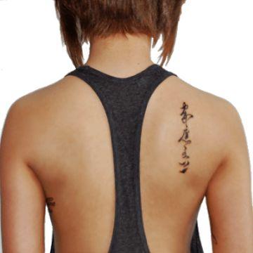 tatuajes letras chinas en la espalda en omoplato