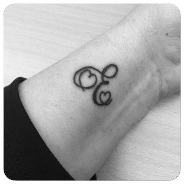 tatuajes con la letra e con corazones