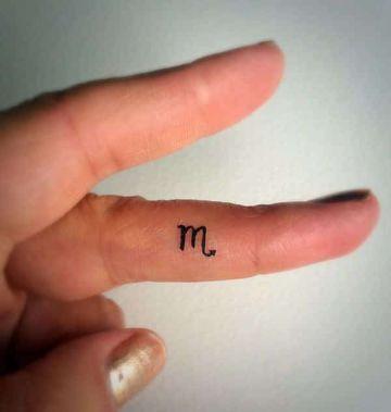tatuajes con la letra m en dedos