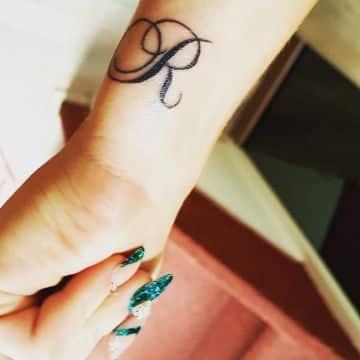 tatuajes con la letra r elegante