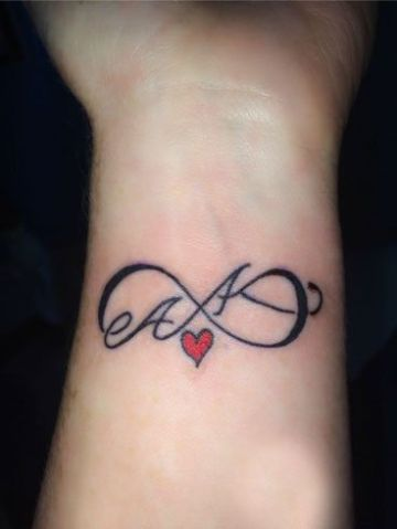 tatuajes de iniciales en la muñeca infinito
