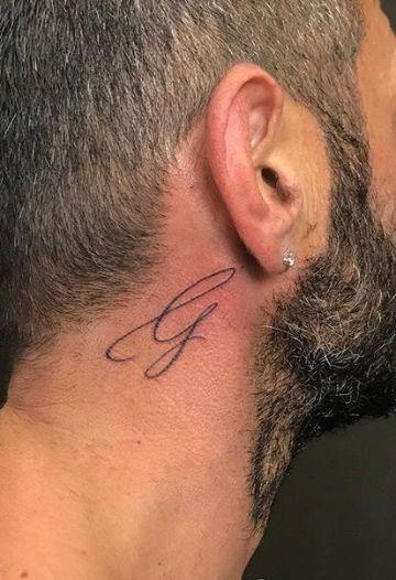 tatuajes de letras en el cuello cursivas
