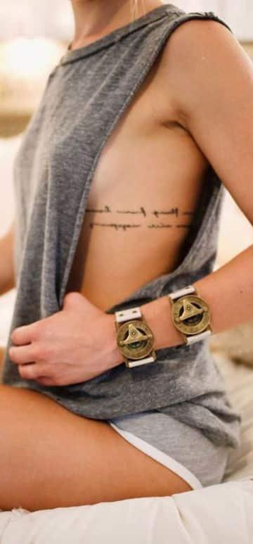 tatuajes de letras en las costillas delicados