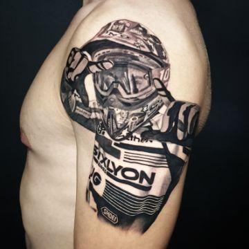 tatuajes de cascos de motocross realismo fotografico
