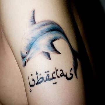 tatuajes de delfines con nombres en arabe