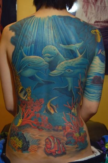 tatuajes de delfines en la espalda paisaje maritimo