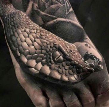 tatuajes de víboras en el pie realista