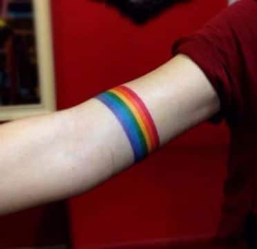 tatuajes de arcoiris en el brazo brazalete