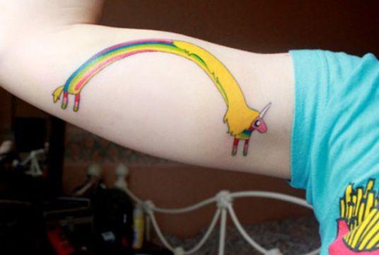tatuajes de arcoiris en el brazo unicornio