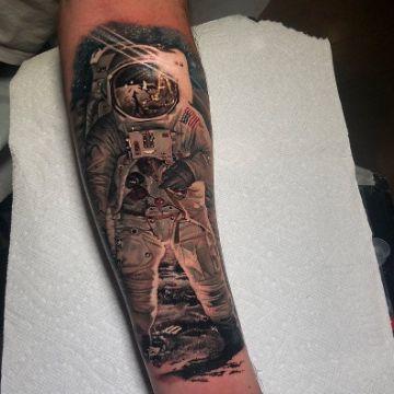 tatuajes de astronautas a color y escalas de grises