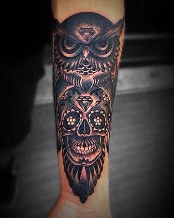 tatuajes de buhos en el brazo tradicional americano