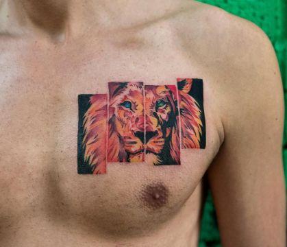 tatuajes de leones en el pecho a modo de pintura pop