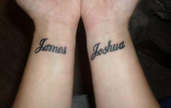 tatuajes de nombres en la muñeca ambas manos