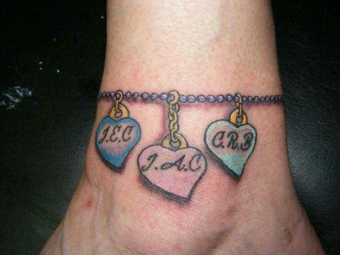 tatuajes de nombres en la muñeca pulsera
