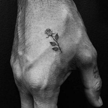 tatuajes de rosas hombres pequeños