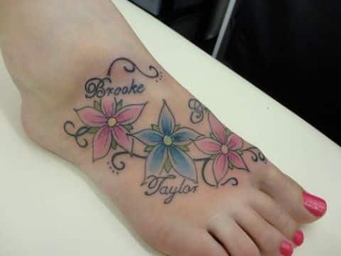 tatuajes con nombres de hijos con flores