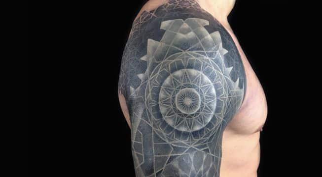 tatuajes con tinta blanca contraste