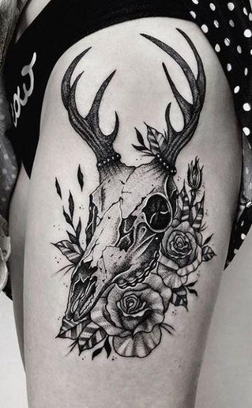 tatuajes de ciervos con flores craneo