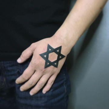 tatuajes de la estrella de david detallado en la mano