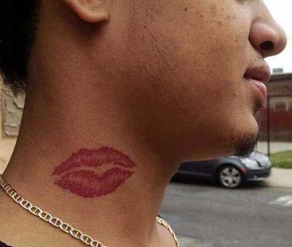 tatuajes de labios para hombres en cuello