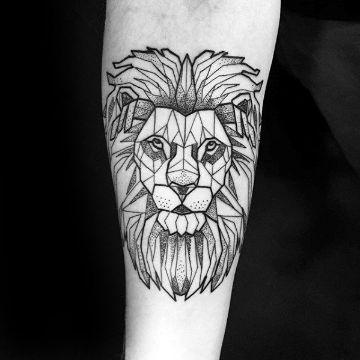 tatuajes de leon en el brazo geometrico