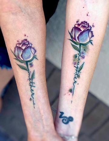 tatuajes de mama e hija flores tonos modernos