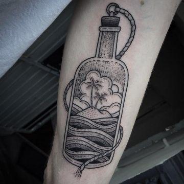 tatuaje de botella de vino y copa conceptos