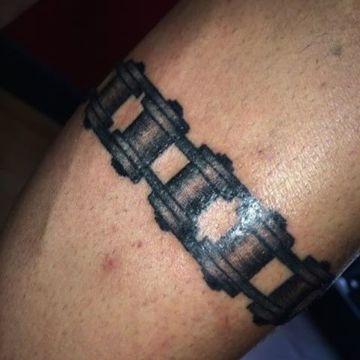 tatuajes de cadenas de moto brazalete realista