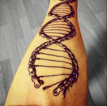 tatuajes de cadenas de moto en formato adn