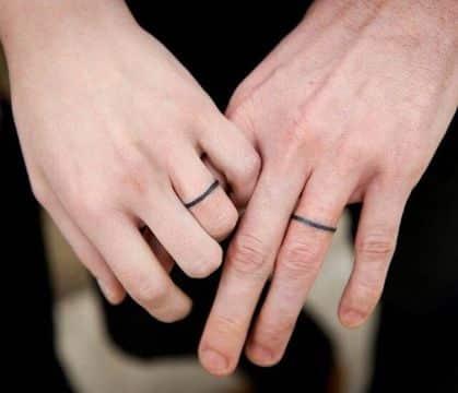 tatuajes de parejas en la mano anillos
