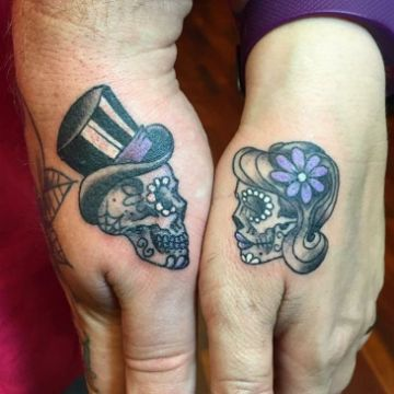 tatuajes de parejas en la mano catrinas