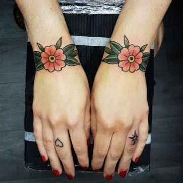 tatuajes en la mano para mujer en dedos y muñecas