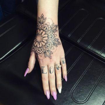 tatuajes en la mano para mujer palabras en nudillos