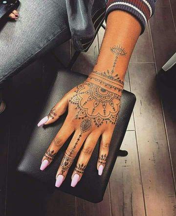 tatuajes en la mano para mujer tipo mendhi