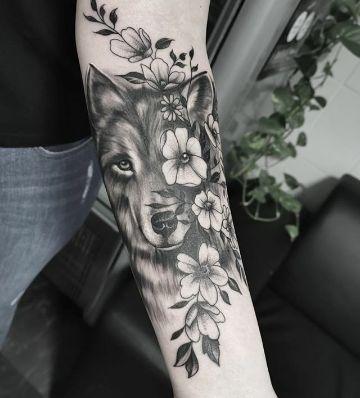 tatuaje de lobo con flores a blanco y negro
