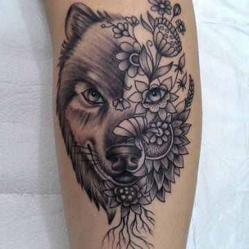 tatuaje de lobo con flores a medio rostro
