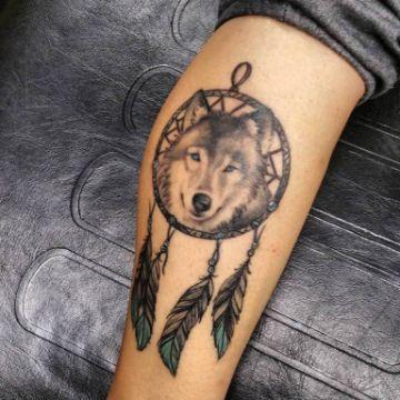 tatuajes de atrapasueños con lobos en negro