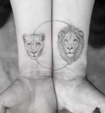 tatuajes de leon y leona pequeños en la muñeca