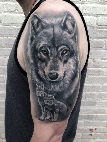 tatuajes de lobos con sus cachorros en el brazo