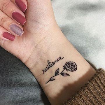 tatuajes de rosas pequeñas con palabras