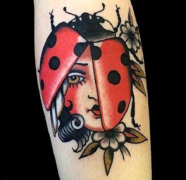 tatuajes de escarabajos para hombres catarina tradicional