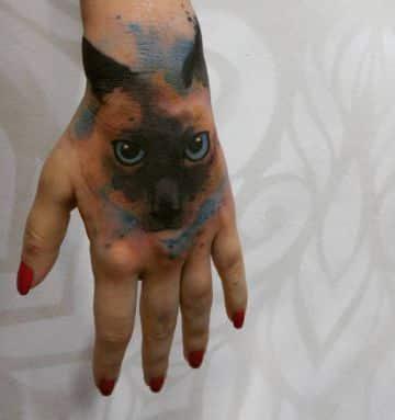 tatuajes de gatos siameses en la mano