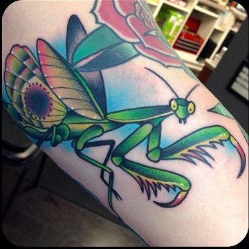 tatuajes de mantis religiosa neotradicional