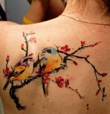 tatuajes de pajaritos en ramas coloridas
