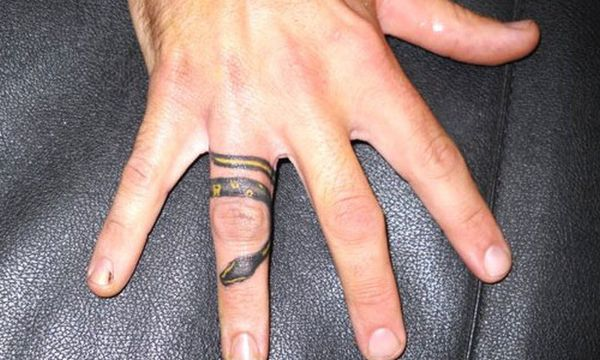 tatuaje de serpiente en el dedo alrededor